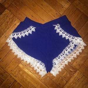 LuLu's Blue and white lace shorts small 💕